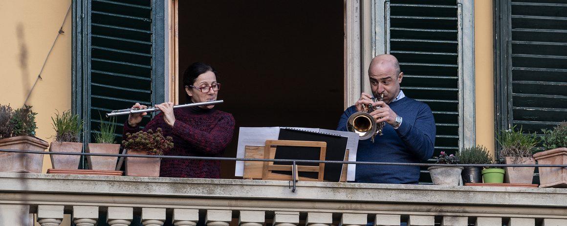 Affacciati da balconi e finestre i musicisti de 'La città incantata' eseguono il brano inedito a sostegno della raccolta fondi 'Insieme per chi è in difficoltà'